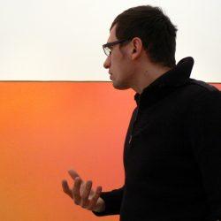 "dr Filip Lipiński przed obrazem Julesa Olitskiego ""Lysander I"" (1970), Deutsche Guggenheim, wystawa ""Color Fields"""